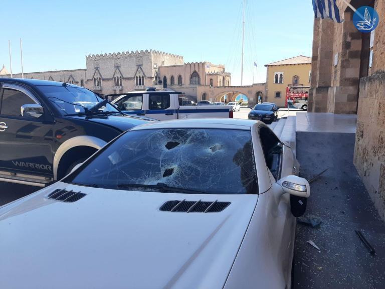 Ρόδος: Αστυνομικός εμβόλισε και έσπασε με βαριοπούλα το ΙΧ του αστυνομικού διευθυντή! (Photos)