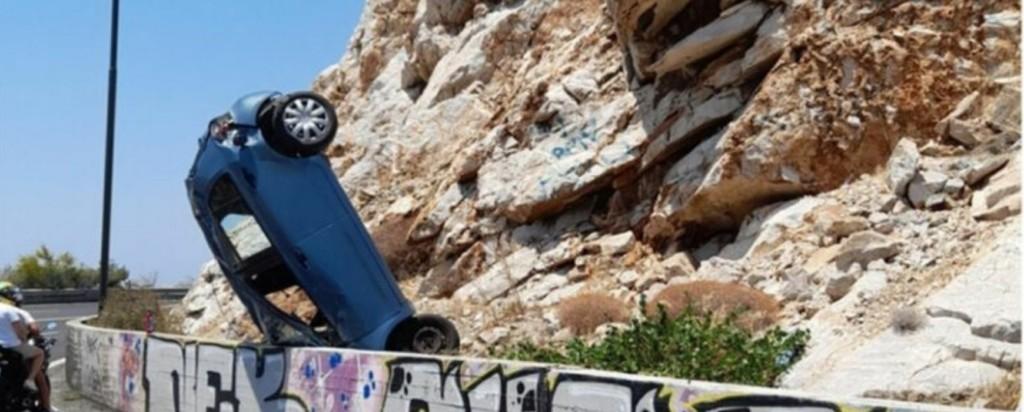 Τρομακτικές εικόνες στην παραλιακή από τροχαίο στην Βάρκιζα(φωτο)